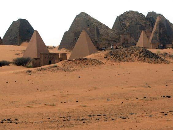 Многочисленные пирамиды Мероэ